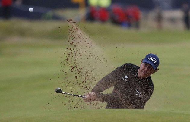 Americký golfista Phil Mickelson při odpalu na British Open.