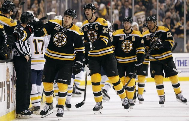Hokejisté Bostonu oslavují branku. První v řadě je Lucic, následuje Chára, Krejčí a Iginla.