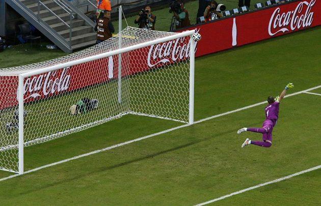 Chorvatský brankář Stipe Pletikosa se ohlíží za míčem po střele Mexičana Hectora Herrery, kterou zastavila branková kontrukce.