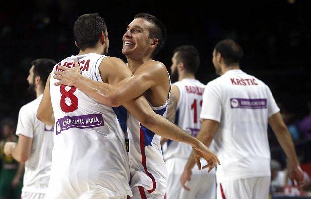 Srbský basketbalista Bogdan Bogdanovič (vpravo) a jeho spoluhráč Nemanja Bjelica slaví vítězství nad Brazílií.