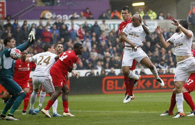 Útočník Swansea André Ayew střílí gól do sítě Liverpoolu v zápase anglické Premier League.