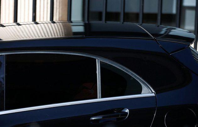 Vůz, který přiváží Cristiana Ronalda k soudu.