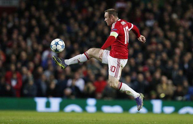 Wayne Rooney z Manchesteru United v akci během utkání Ligy mistrů proti Eindhovenu.
