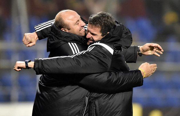 Zleva asistent trenéra Pavel Drsek a trenér Dukly Jaroslav Hynek se radují z vítězství ve Zlíně.