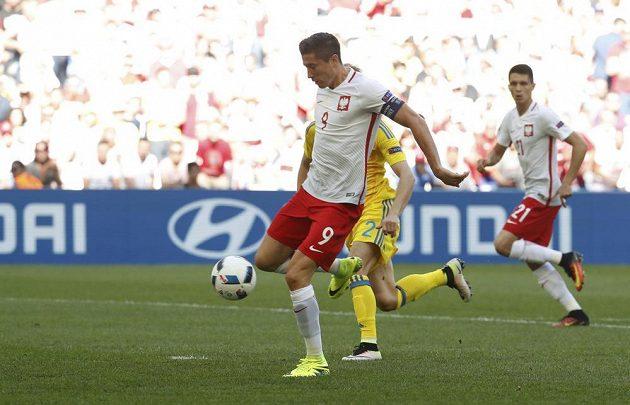 Plák Robert Lewandowski v šanci proti Ukrajině.