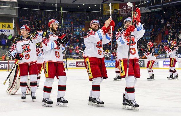 Hráči Hradce Králové oslavují vítězství proti Pardubicím.