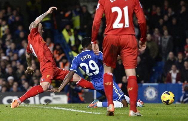 Samuel Eto'o (v modrém) střílí gól Chelsea na průběžných 2:1 proti Liverpoolu.