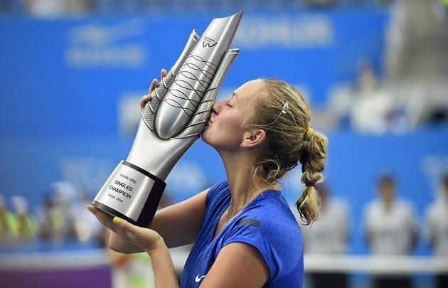 Petra Kvitová se těší s trofejí pro vítězku turnaje ve Wu-chanu.