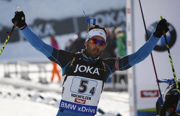 Francouzský biatlonista Martin Fourcade v cíli závodu smíšených štafet.