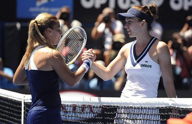 Rumunská tenistka Simona Halepová (vpravo) blahopřeje své slovenské přemožitelce Dominice Cibulkové k postupu do semifinále Australian Open.