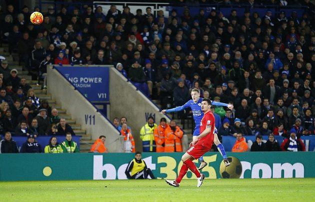 Útočník Leicesteru Jamie Vardy (v modrém dresu) střílí gól proti Liverpoolu. Přihlíží stoper Reds Dejan Lovren.