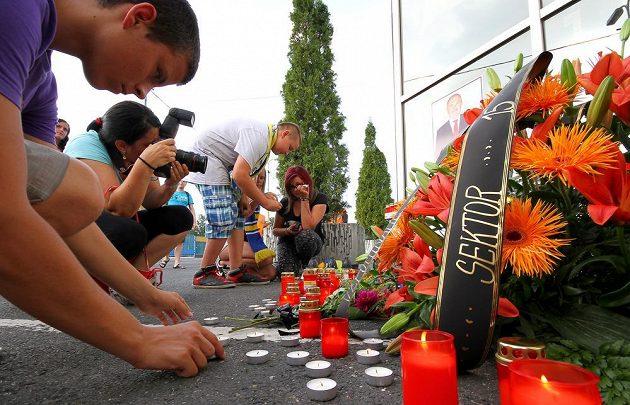 Tepličtí fanoušci přišli Na Stínadla uctít památku ředitele klubu Františka Hrdličky, který v sobotu dopoledne zemřel.