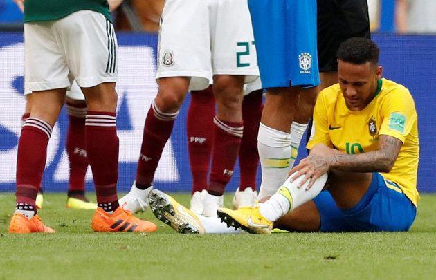 Neymar se zvedá se země po jednom z faulů mexických fotbalistů.