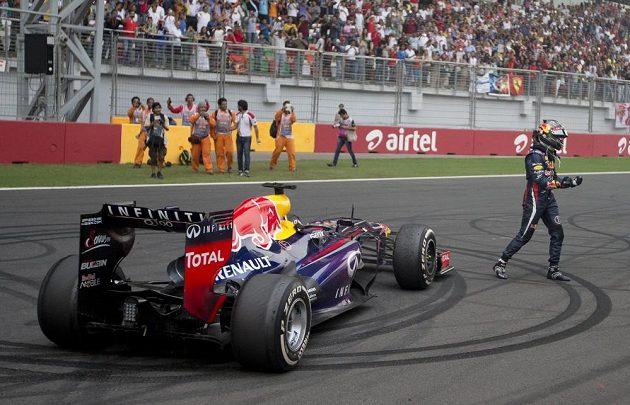 """Sebastian Vettel """"vygumoval"""" fanouškům do asfaltu vítězná kola."""