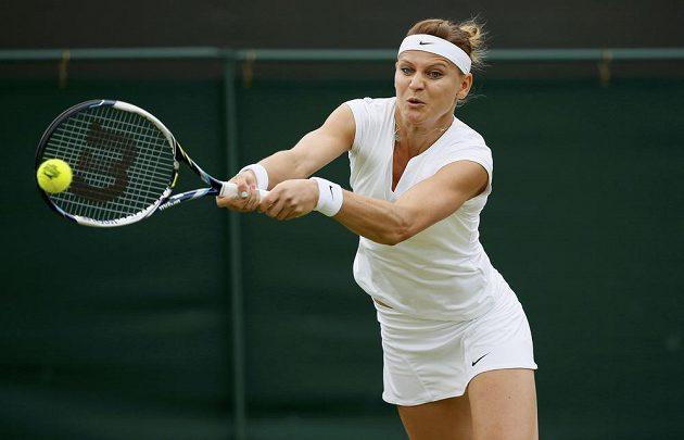 Lucie Šafářová během zápasu s Coco Vandewegheovou ve Wimbledonu.