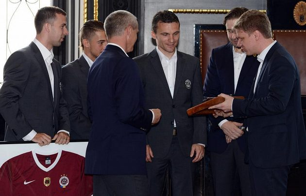 Pražský primátor Tomáš Hudeček (vpravo) předává zástupcům Sparty klíč pro vládce Prahy.