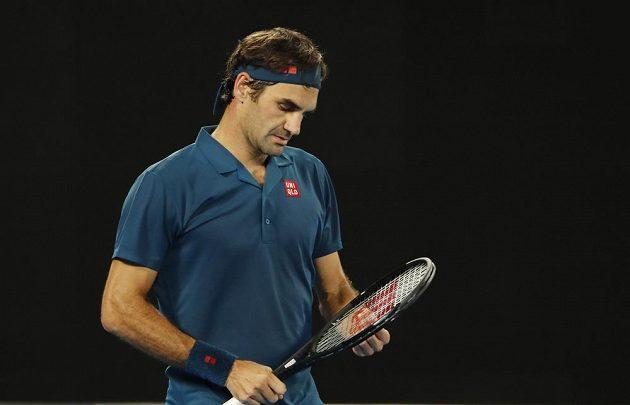 Roger Federer na svého o sedmnáct let mladšího soupeře