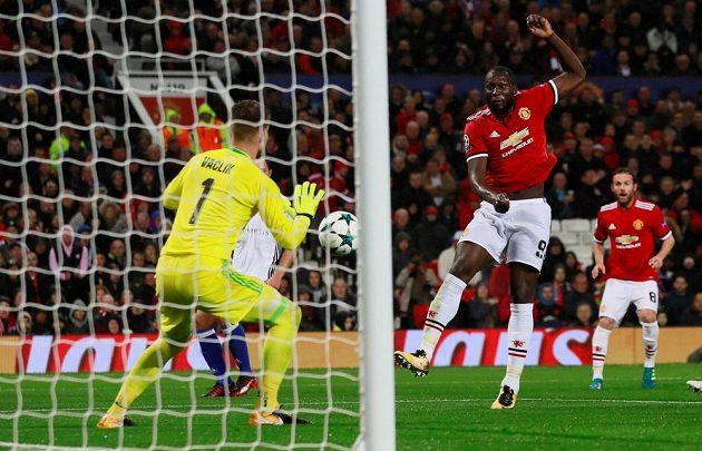 Romelu Lukaku z Manchesteru United v šanci proti brankáři Tomáši Vaclíkovi z Basileje.