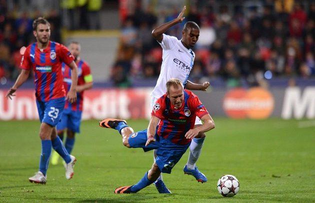 Plzeňský záložník Daniel Kolář (vpředu) a Fernandinho z Manchesteru City během utkání základní skupiny Ligy mistrů.
