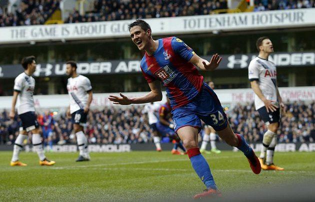 Martin Kelly slaví jediný gól v utkání FA Cupu proti Tottenhamu