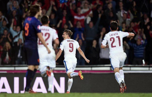 Český záložník Bořek Dočkal oslavuje vedoucí gól proti Nizozemsku.