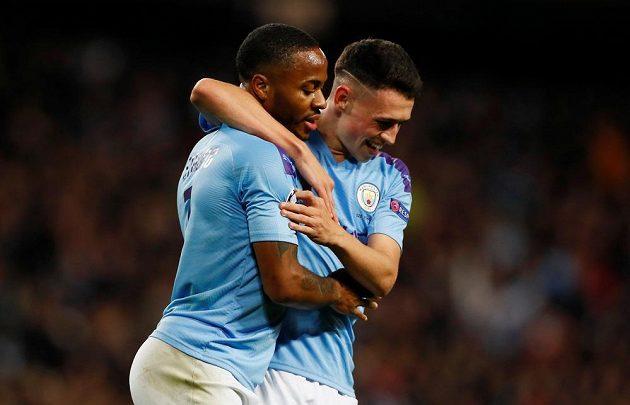 Raheem Sterling slaví se svým spoluhráčem z Manchesteru City Philem Fodenem první ze svých gólů proti Atalantě.