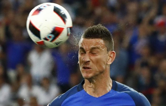 Francouzský obránce Laurent Koscielny hlavičkuje v zápase s Německem.