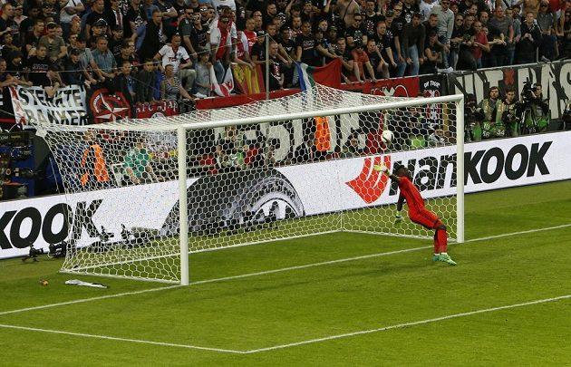 Brankář Ajaxu André Onana nestačil na tečovanou střelu reagovat a Manchester se dostal do vedení.