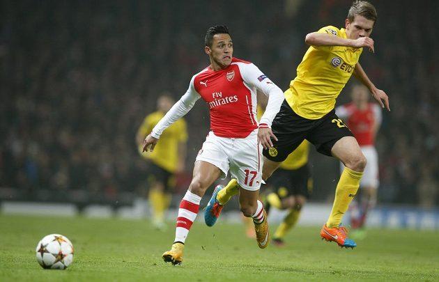 Alexis Sánchez z Arsenalu uniká Matthiasovi Ginterovi z Dortmundu.
