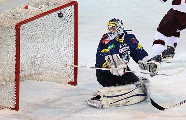 Liberecký brankář Marcel Melicharčík sleduje puk ve své síti během utkání se Spartou.
