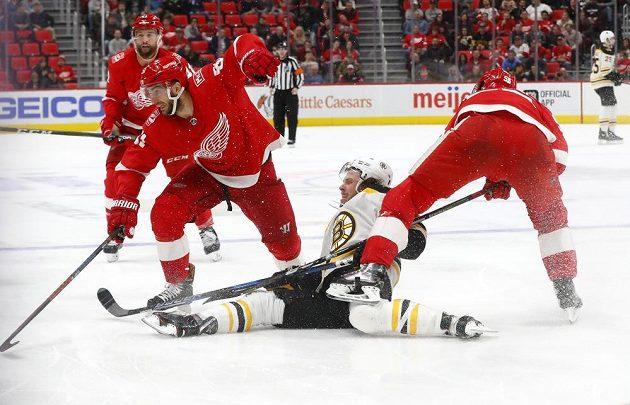 Útočník David Pastrňák z týmu Boston Bruins se v duelu s Detroitem ocitl v poněkud nehokejové pozici. Nakonec mohl být ale spokojený, jeho tým zápas vyhrál.