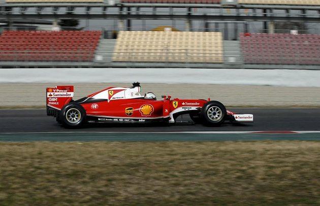 Sebastian Vettel ze stáje Ferrari během testů v Barceloně.
