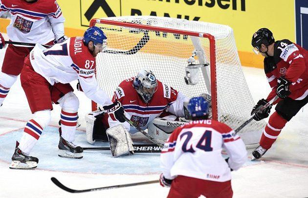 Jordan Eberle z Kanady překonává českého brankáře Ondřeje Pavelce.