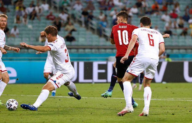 Útočník Patrik Schick dává gól Dánsku ve čtvrtdinále EURO.