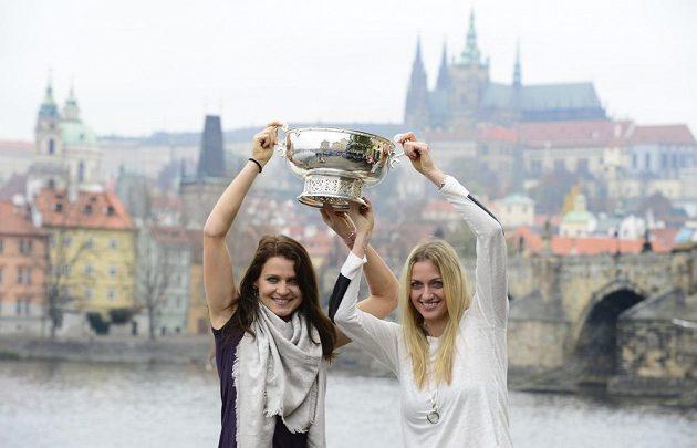 Zleva Lucie Šafářová a Petra Kvitová pózují ped Karlovým mostem s pohárem pro vítězky Fed Cupu.