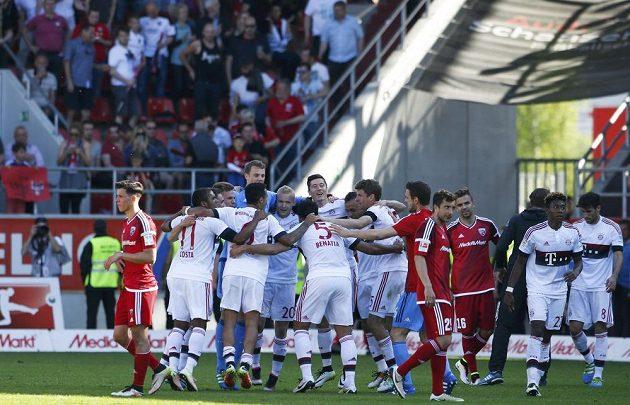 Fotbalisté Bayernu Mnichov slaví mistrovský titul.
