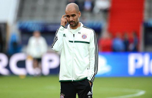 Trenér Bayernu Josep Guardiola během předzápasového tréninku před utkáním Superpoháru v Edenu.