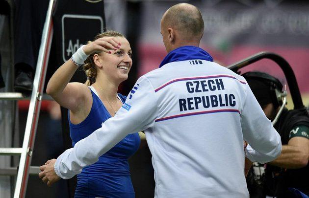 Česká tenistka Petra Kvitová a kapitán Petr Pála oslavují vítězství po utkání s Andreou Petkovicovou z Německa ve finále Fed Cupu.