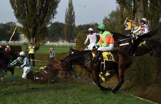 Žokej Martin Liška s koněm Amaragon (vlevo) spadl na Taxisu.