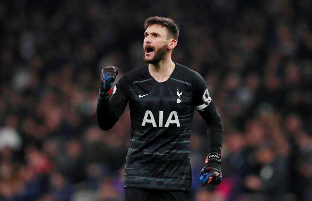 Fotbalisté Tottenhamu Hotspur Hugo Lloris slaví.