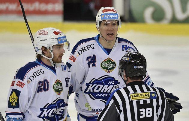 Hokejisté Brna (zleva) Hynek Zohorna a Vilém Burian s čárovým rozhodčím Milanem Jindrou.