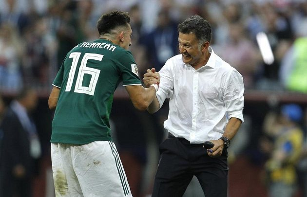 Hector Herrera (vlevo) oslavuje s mexickým trenérem Juanem Carlosem Osoriem výhru nad Němci.