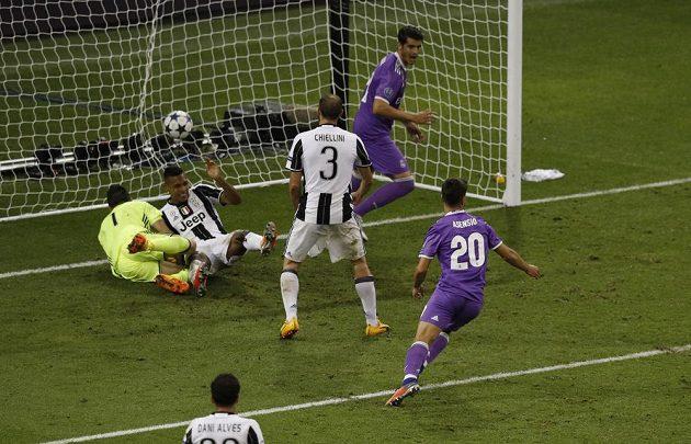 Marco Asensio z Realu Madrid střílí čtvrtý gól.