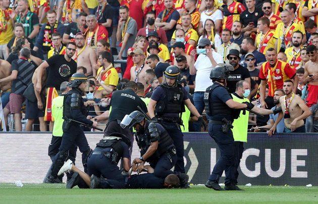 Kvůli řádění fanoušků bylo utkání mezi Lens a Lille na půl hodiny přerušeno.