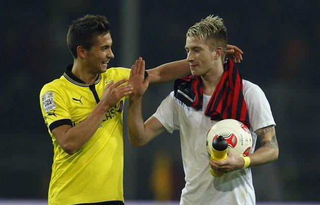Moritz Leitner a Marco Reus (vpravo) slaví výhru nad Frankfurtem.