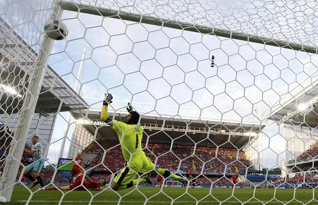 Petr Čech inkasuje gól v duelu s Tureckem.