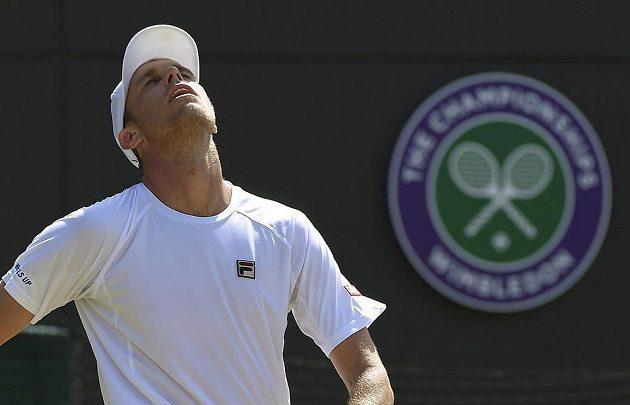 Američan Sam Querrey se na Wimbledonu postaral o největší senzaci, když vyřadil Novaka Djokoviče. Sám skončil ve čtvrtfinále na raketě Milose Raonice.