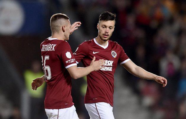 Václav Kadlec (vpravo) a Pavel Kadeřábek oslavují pátý gól Sparty proti Slovácku.