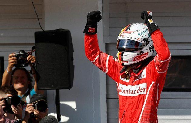 Sebastian Vettel oslavuje své vítězství ve Velké ceně Maďarska F1.