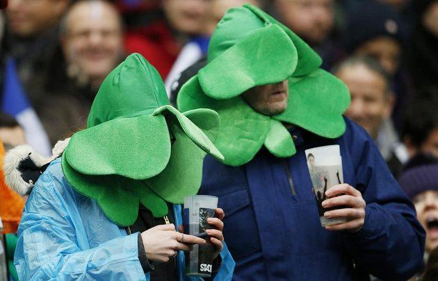 Na hřiště nevidím, do půlitru ano... Irští fanoušci během duelu ve Francii.